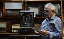 Çıraklığından beri biriktirdiği eski radyoları müzeyi andıran evinin odasında sergiliyor