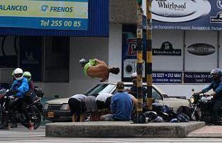 Hayatlarını trafik lambaları önünde akrobasi...