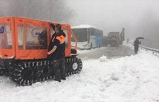 Kocaeli'de karda mahsur kalan 2 otobüsteki 75 yolcu...