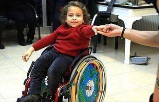 Tekerlekli sandalyede dans ederek mutluluğu yakaladı
