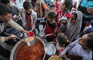 Gazzeli yoksullar iftarını 'ramazan tekkesiyle'...