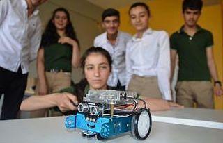 Hakkarili öğrenciler geleceğin teknolojisini öğreniyor