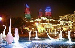 Bakü'nün ünlü yapıları Azerbaycan bayrağının...