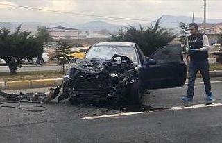 Uşak'ta durakta bekleyen yolculara otomobil çarptı:...