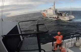 Sahil Güvenlik 22 düzensiz göçmeni botları batmadan...