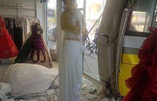 Bursa'da halk otobüsüyle otomobil çarpıştı:...