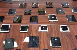 Edirne'de gümrük kaçağı 2 bin 592 cep telefonu...