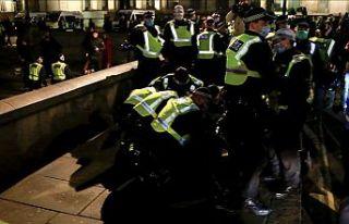İngiltere'de karantina protestosunda 104 kişi...