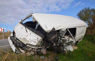 Kamyon ile minibüsün çarpıştığı kazada baba...