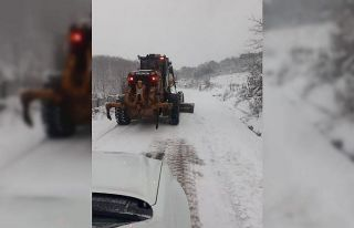 Balıkesir'de kar nedeniyle kapanan mahalle yolları...