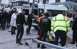 Belediye işçilerini taşıyan araç devrildi: 2...