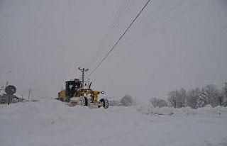 Bilecik'te kardan kapanan 68 köy yolunu açma...