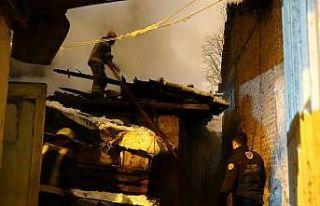 Bursa'da müstakil evde çıkan yangın bitişikteki...