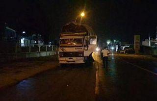 Bursa'da tahtaları yola saçarak ilerleyen kamyonun...