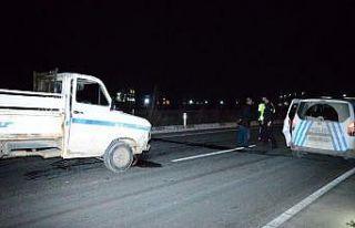 Kaza yapan araçtaki sürücü ve yolcuya sokağa...