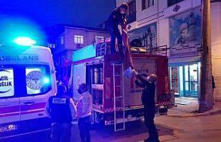 Kocaeli'de rögara düşen kadını itfaiye ekipleri...