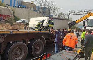 Kocaeli'de tıra çarpan kargo kamyonunun sürücüsü...