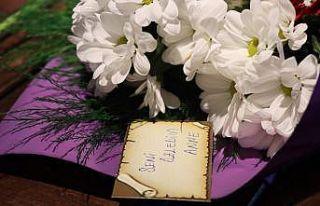 """En güzel çiçekler """"Seni çok özledim"""" notuyla..."""