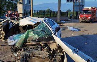 Bursa'da elektrik direğine çarpan otomobildeki...