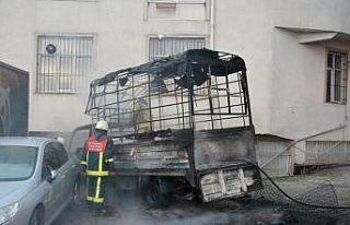 Kağıthane'de park halinde yanan kamyonet kullanılamaz...