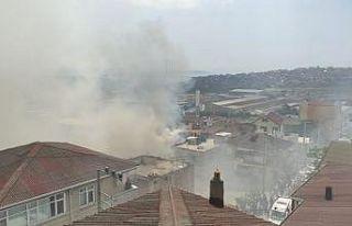 Kocaeli'de apartmanın çatısında çıkan yangın...
