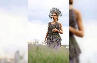 Lavanta dallarıyla süslenen elbiseli modelle fotoğraf...