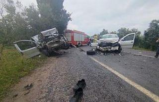 Bursa'da hafif ticari araç ile otomobil çarpıştı:...