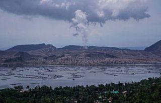 Filipinler'deki Taal Yanardağı'dan gökyüzüne...