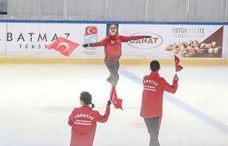 Milli artistik buz pateni sporcuları 15 Temmuz şehitlerini...