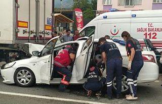 Sakarya'da otomobil tıra çarptı: 5 yaralı