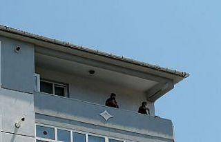 Tekirdağ'da 5 katlı binanın balkonundan otomobilin...
