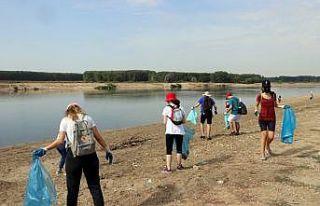 Edirne'de Meriç Nehri kenarında çevre temizliği...