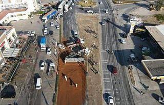 Yem yüklü tırın devrilmesi sonucu D-565 kara yolunun...