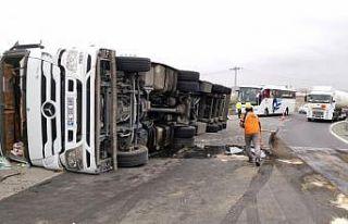Yolcu otobüsü ile tırın çarpıştığı kazada...