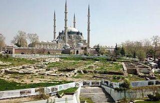 Selimiye Camisi önündeki Yemiş Kapanı Hanı ile...