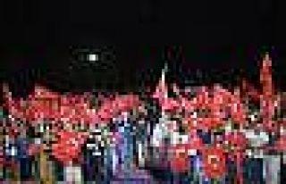 Diyarbakır'da tek bayraklı demokrasi nöbeti