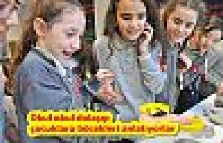 Okul okul dolaşıp çocuklara böcekleri anlatıyorlar