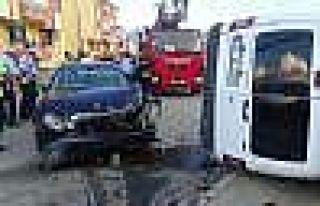 Otomobil Polis Otosuna Çarptı: 2'si Polis 3 Kişi...