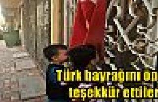 Türk bayrağını öpüp teşekkür ettiler!