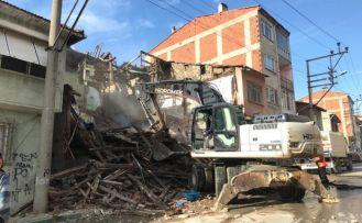 Metruk bina yıkımı aralıksız devam ediyor