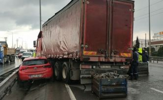 Kocaeli'de otomobil parçaları yüklü kamyonun otomobile çarpması ulaşımı aksattı