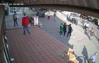 Karaköy'de kaldırımda yürüyen bir kadın, yanından geçen başörtülü kıza saldırdı
