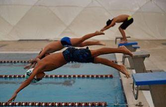 Osmangazi Belediyesi Yüzme Takımı'nda yer alan sporcular, uzman eğitmenler eşliğinde haftanın 6 günü antrenman yaparak bir gün Ay-yıldızlı formayı giyecekleri günü hayal ediyor