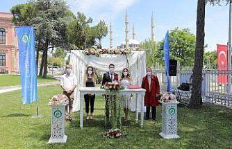 Edirne'de belediye bahçesinde Kovid-19 tedbirli nikah töreni