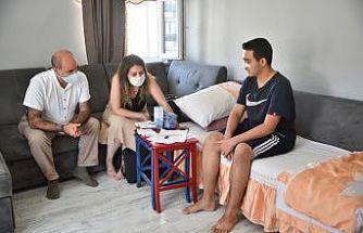 Ameliyat olan gence evinde üniversite tercihi için rehberlik desteği verildi
