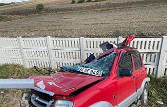 Bandırma'da otomobil, tarla ile yol arasındaki beton duvara çarptı: 1 ölü, 1 yaralı