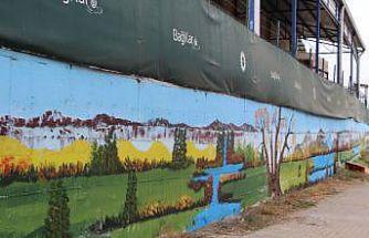"""Fabrika duvarı """"Ressam Şenol""""un fırça darbeleriyle renklendi"""