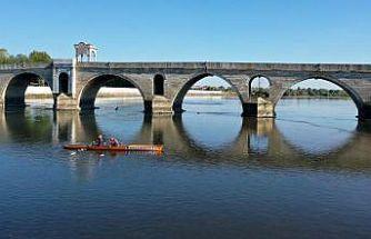 Edirne'nin ilk kürek sporcuları Meriç Nehri'nde antrenman yaptı