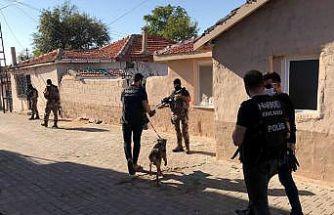 Kitap ve defterin arasına uyuşturucu gizleyerek sattıkları iddiasıyla 4 şüpheli yakalandı