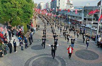 Kocaeli'de 1000 kişi Cumhuriyet Bayramı'nı zeybek oynayarak kutladı